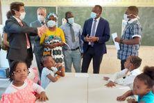 Le Recteur, le Préfet et le Maire ce lundi matin dans une école de Labattoir. Seuls les enfants de moins de 11 ans peuvent se passer du masque