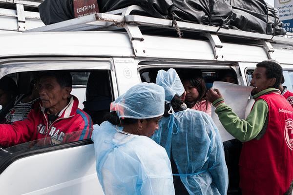 """Sensibilisation des chauffeurs de """"taxi-brousse"""" dans le district d'Antananarivo le 5 octobre."""