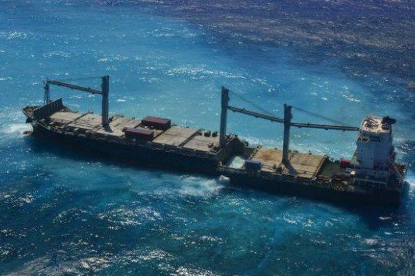 Porte conteneur échoué sur le récif calédonien
