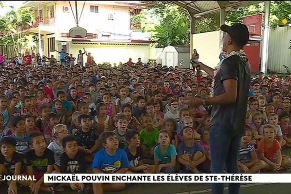 Mickaël Pouvin chante pour les élèves de Ste Thérèse