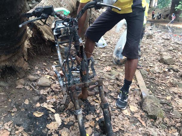 Cadre de scooter nettoyage rivière Poroani