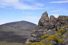 L'accès au sommet de l'Enclos est à nouveau autorisé au public par trois sentiers, mais l'état de vigilance est maintenu. Les scientifiques n'écartent pas l'hypothèse d'une éruption dans les prochaines heures ou prochains jours.
