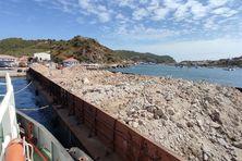 4 500 tonnes de gravats sur une barge en provenance de Saint-Barthélémy sur l'un des pontons du port de Saint-Pierre.