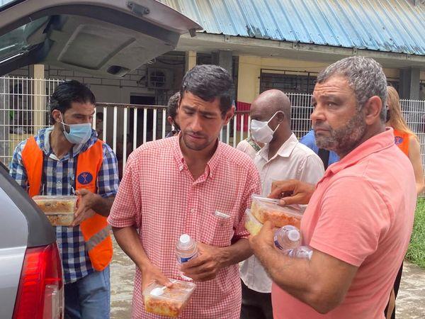 Distribution de repas à des demandeurs d'asile à Cayenne