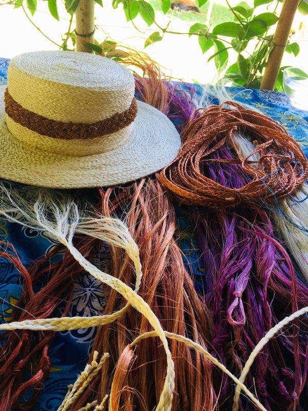 Chapeau tressé en aloès et fibres (février 2018)