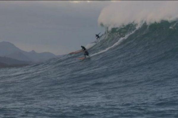 """Les surfeurs à l'assaut de """"Belharra"""", une vague géante et mythique"""