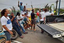 Les pêcheurs bloquent la SARA pour demander le gel du prix du carburant.