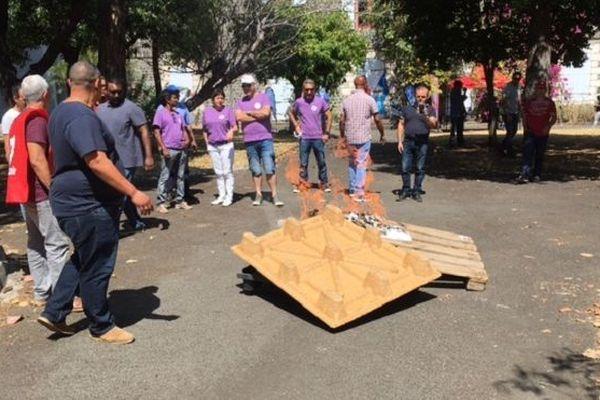 Nouvelle mobilisation des syndicats hospitaliers devant le siège du CHU à Saint-Paul.