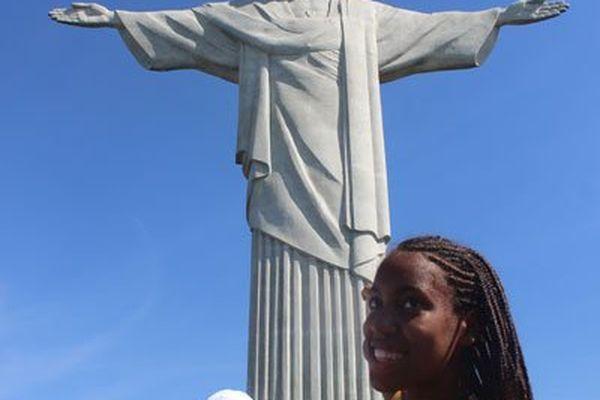 Stecy devant le Christ rédempteur
