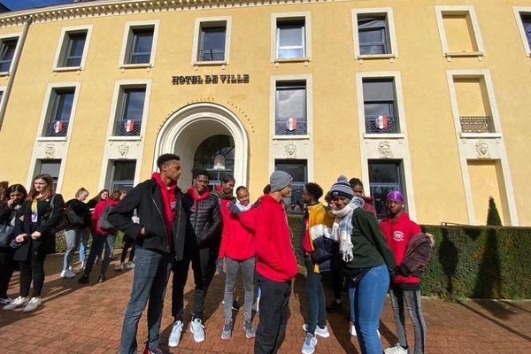 Jeunes devant la mairie de Marly le Roi