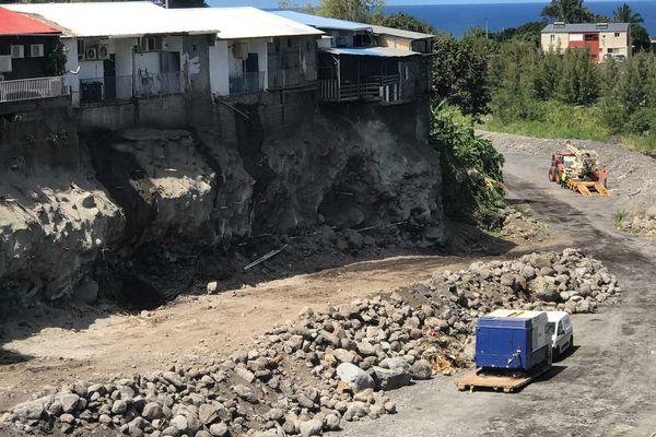 Chantier de sécurisation de la rivière des remparts Saint-Joseph falaise maison engins