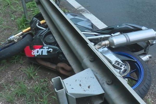 La moto coincée sous la glissière de sécurité