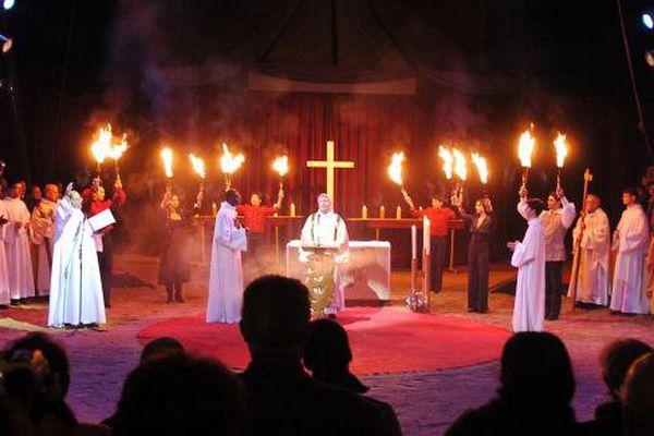 Des prêtres célèbrent la messe de Noël sous le chapiteau du cirque Gruss, le 24 décembre 2005.