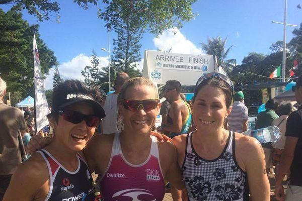 Les trois premières du Triathlon International de Nouvelle-Calédonie (Crowley, au centre, Luxford à droite, Riveros à gauche).