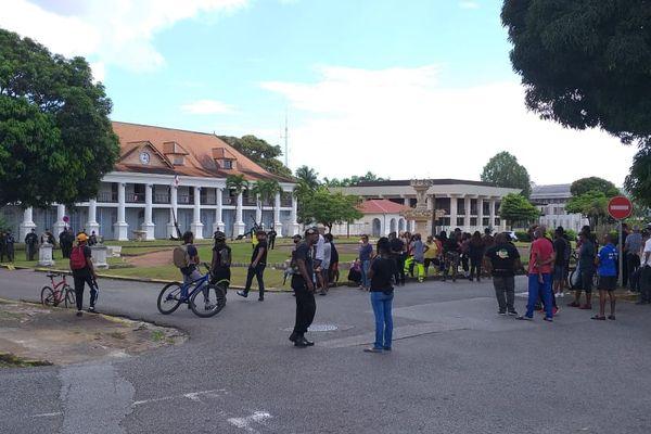 Cayenne : manifestation de Trop Violans devant la Prefecture contre les mesures de freinage