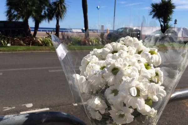 Dépôt de fleurs sur la Promenade des Anglais