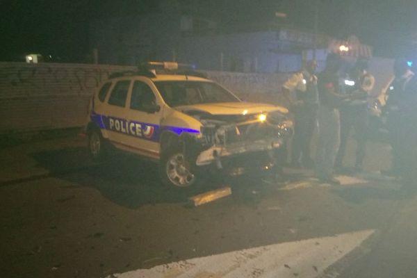 Le véhicule de police embouti par une voiture