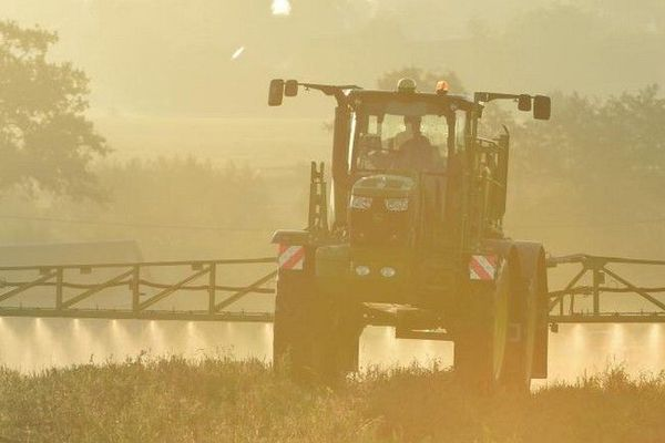 Pesticides tracteur champs hexagone 211219