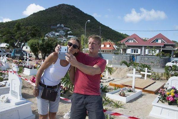 Un couple prenant un selfie à Saint-Barthélémy