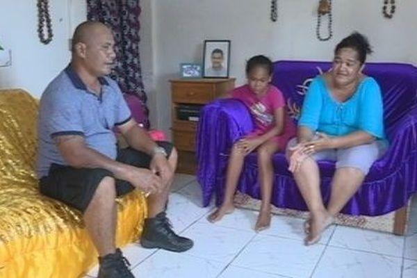 famille de Futuna dans leur salon