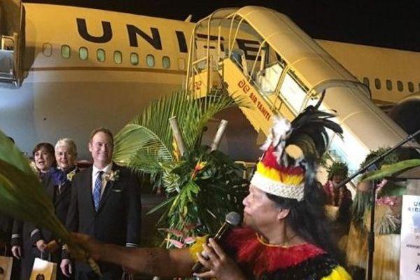 Cérémonie traditionnelle pour l'accueil de ce premier vol commercial d'United airlines