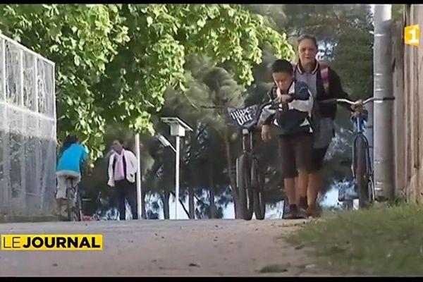 Faute de carburant, les élèves de Tubuai vont à l'école à pied