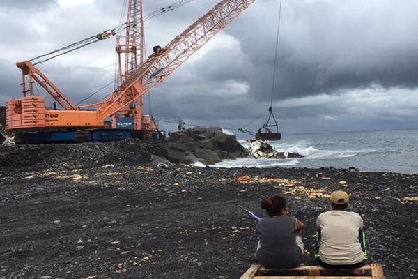 Spectateurs de l'opération d'évacuation du voilier