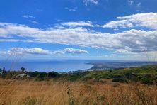 Une vue splendide de Plateau-Caillou vers Le Port. Un ciel incertain, grisâtre, qui a résisté sur le littoral et offert quelques ondées sur les pentes et l'intérieur du département.