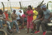 Pêcheurs devant la Sara (Société anonyme de la raffinerie des Antilles).