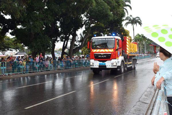 Défilé du 14 juillet 2018: pompiers et parapluie