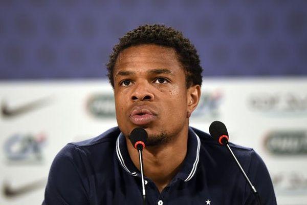L'attaquant de l'équipe de France, le Martiniquais Loïc Rémy, en conférence de presse au Brésil