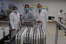 Dans un atelier de production des batteries SAFT de Bordeaux. De gauche à droite, Serge Llompart, directeur du site SAFT, Mathieu Leroy, responsable Achats de matières premières chez SAFT à Bordeaux, Christophe Ayuso, directeur Achats de l'usine SAFT à Bordeaux