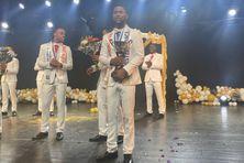 """Jordy Alger-Batoul, vainqueur du concours """"Mister Martinique 2020"""" avec sa coupe, applaudit par ses concurrents (janvier 2021)"""