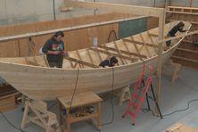 La réplique du doris de l'association des Zigotos est en cours de construction au lycée de Saint-Pierre