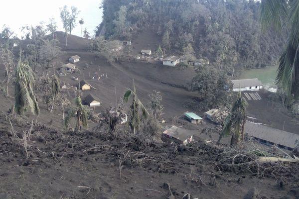 village sous la cendre volcanique