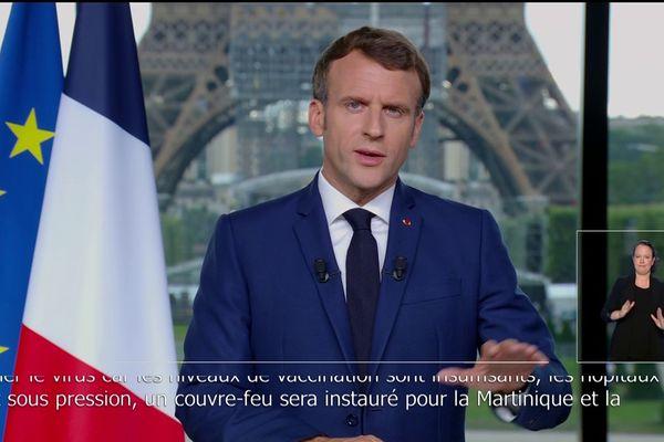 Emmanuel Macron annonce l'état d'urgence sanitaire en Martinique et à La Réunion.