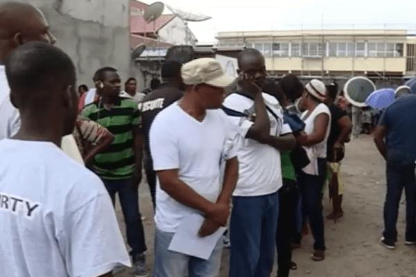 Demandeurs d'asile faisant la queue