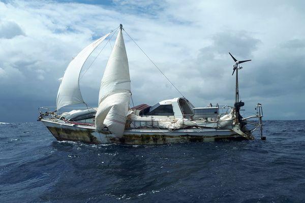 Un voilier en difficulté aux marquises