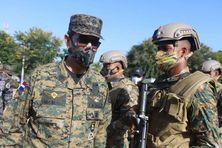 Le lieutenant général Carlos Luciano Díaz Morfa, ministre de la Défense de la République Dominicaine avec des militaires.