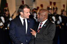 Emmanuel Macron, président de la République française, avec le président, Azali Assoumani, lors d'un dîner du forum de la paix à l'Elysée à Paris en novembre 2019.