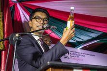 Le 20 avril, le président malgache Andry Rajoelina a présenté un remède local contre le coronavirus, à base d'artemisia, une plante connue dans la pharmacopée traditionnelle