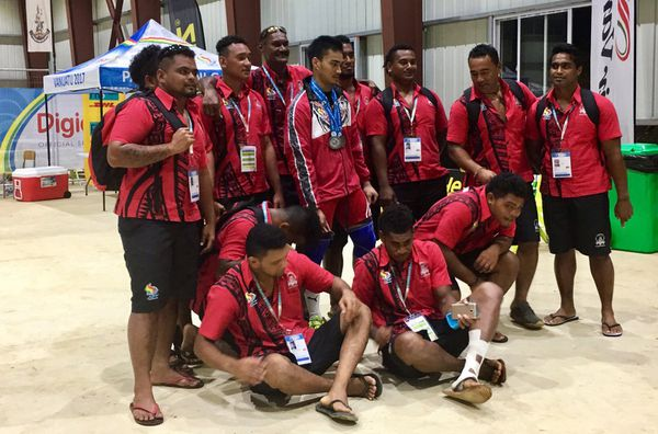 Israel Kaikilekofe en photo avec les rugbymen de Wallis et Futuna
