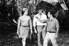 """Jean-Paul Belmondo, photographié à La Réunion avec Catherine Deneuve et François Truffaut, sur le tournage du film """"la Sirène du Mississipi""""."""