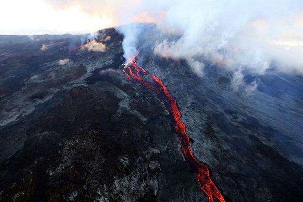 Le Piton de la Fournaise en éruption le 17 Mai 2015.