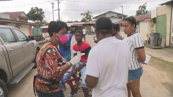 Des élus de Cayenne distribuent des masques