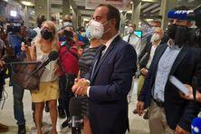 Sébastien Lecornu face à la presse, après avoir accueilli les soignants venus en renforts en Guadeloupe.