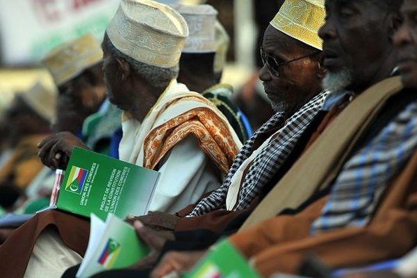 Les anciens de la communauté assistent à un rassemblement en faveur d'un référendum national prévu par l'administration du président actuel le 26 juillet 2018 à Moroni, la capitale fédérale et siège du gouvernement de l'Union des Comores.