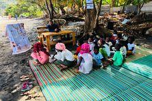 Ecouter des histoires sous un arbre et sur une natte, une activité que les anciens ont beaucoup pratiqué.