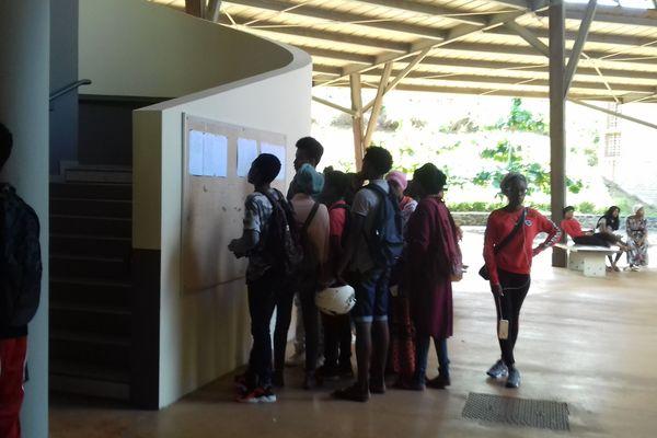 Les élèves de Dembéni consultent leurs résultats affichés