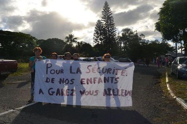 Protestation de mères à la maternelle Léonie Avril de Pouembout